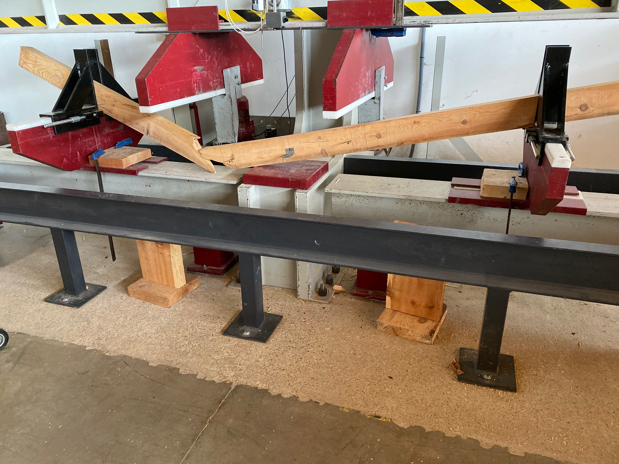 Mechanical testing, edgewise bending strength according to  UNE-EN 408:2011+A1:2012 Timber structures - Structural timber and glued laminated timber - Determination of some physical and mechanical properties.